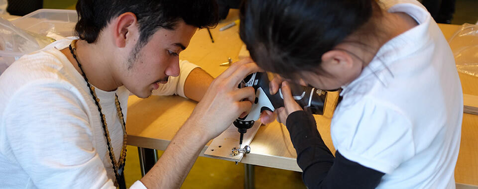 Assisting children learning to work with new tools
